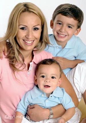 Georgina González de Maturino, junto a sus hijos, Jorge Antonio y Alessandro Maturino González, en una foto de estudio.