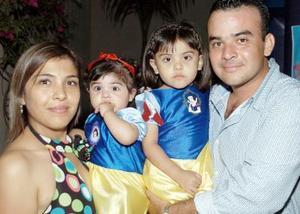 Las pequeñas María José y Ana Claudia Flores Salas, celebraron sus respectivos cumpleaños con una fiesta que les organizaron sus papás.