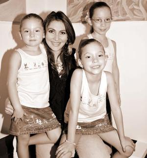 <b>14 de agosto 2005</b><p> Sonia Delgado de Arriaga con sus hijas, Luciana, Ivanna y Aitana.