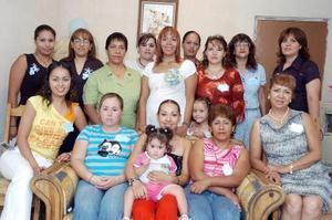 Alejandra Sánchez Rentería acompañada de sus amigas y familiares en la fiesta de canastilla que ofrecieron para el bebé que espera.