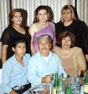 Yadira, Wendy, Claudia, Julián Jr, Julián Pacheco y Leticia de Pacheco en una fiesta de graduación.