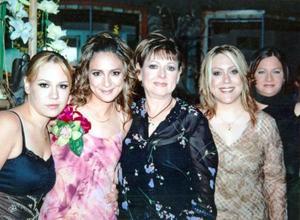 Jéssica Díaz Flores, en su despedida de soltera acompañada por su mamá, Patricia de Díaz Flores y sus hermanas Karla y Pamela.