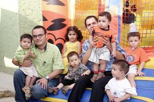 Luis Patrcio Silerio Mercado fue festejado por su primer año de vida, con un convivio que le organizó sus papás, Luis Enrique y Angélica, al que asistieron sus abuelitos y demás familiares