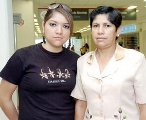 Yasmín Huízar viajó al DF y fue despedida por Yolanda Rayos.