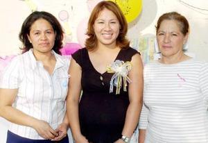 Érika Moreno de Rodríguez disfrutó de una fiesta de canastilla organizada por familiares.