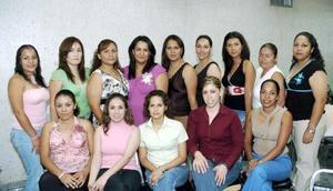 Estrellita Estrada Barrios recibió sinceras felicitaciones de sus amigas, en la despedida que le ofrecieron por su cercano matrimonio.