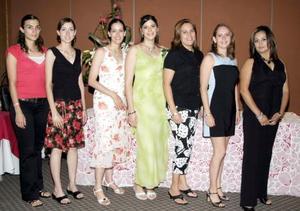 <b>15 de agosto 2005</b><p> Verónica Macías Morales, acompañada por un grupo de invitadas a la despedida que le fue organizada por su próximo matrimonio con José Ricardo Castillo.