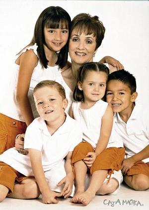La feliz abuela Mary Carmen F. de Cantú con sus nietos Valeria Borrego Cantú, Miguel Ruiz Cantú, Arturo Borrego Cantú y Mariela Ruiz Cantú.