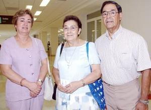 <b>15 de agosto 2005</b><p> María Vela viajó al DF, la despidieron José y Ángeles Vela.