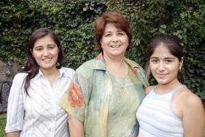 Irma de Caldera con sus hijas Irma Caldera de Niño y Angélica Caldera.