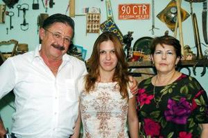 Mauricio Duchanoy, Zoe Sánchez y Lourdes Vázquez Castillo, en una fiesta de cumpleaños con sabor cubano.