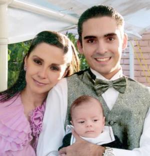 <b>16 de agosto 2005</b><p> Salvador Álvarez Mc Anally con su esposa Érica Obregón de Álvarez y su hijo Salvador Álvarez Obregón, el día de su graduación.