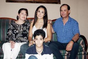 Claudia Franco Breceda fue festejada con motivo de su próximo viaje de estudios a Minnesota, por suspadres Gerardo Franco y Guadalupe de Franco y su hermano Gerardo.