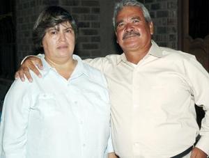 <b>17 de agosto 2005</b><p> María Elena Mejía de Macías celebró su cumpleaños junto a su esposo Jorge Macías.