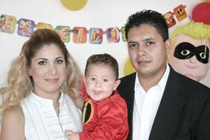 <b>16 de agosto 2005</b><p> Nancy Martínez Moreno y Evaristo Quiñones Esparza le organizaron una divertida piñata a su hijito Maximiliano Quiñones Martínez, por su primer año de vida..