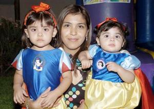 <b>17 de agosto 2005</b><p> María José y Ana Claudia Flores Salas, el día de su piñata con su mamá.