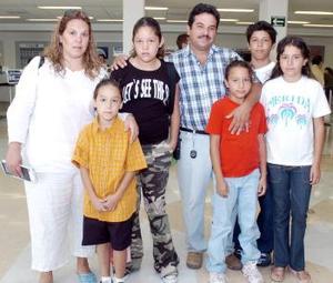 Malena, Antonio y Stephany viajaron a Mérida, y los despidió la familia Pérez