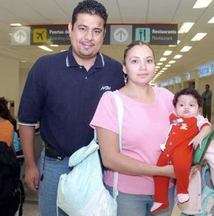 Marisol y Valeria viajaron con destino  a Los Ángeles y fueron despedidos por Carlos