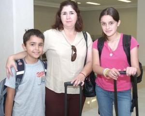 <b>17 de agosto 2005</b><p> Yasmín y Juan Partida viajaron a California y fueron despedidos por Mayela Quezada