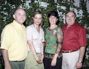 Ricardo Marcos y Adriana de Marcos, acompañados del gobernador rotario del Distrito 4110, Homero Martínez y de su esposa Ana de Martínez.