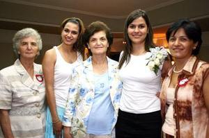 La futura novia acompañada de Bernardette Sayah, Ana Rosa García de Alba Darwich, Margo y Sarah Sayah, en la despedida de soltera que le ofrecieron el martes pasado