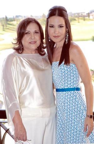 La futura nocia, Perla Villarreal junto a su mamá, Margarita Gutiérrez de Villarreal