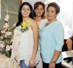 <b>19 de agosto 2005</b><p>  Norma Chavarría Soto cacompañada por algunas de sus familiares, en la fiesta de canastilla que le organizaron por el futuro nacimiento de su bebé.