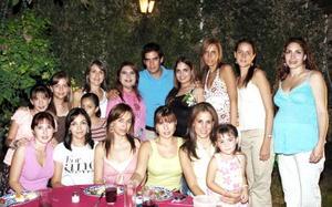 Alejandra Santibáñez Harper acompañada por un grupo de amigas, en la despedida de soltera que le ofrecieron con motivo de su próximo enlace nupcial..