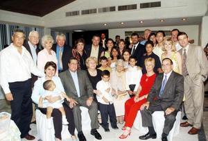 Con moyivo de sus 90 años de vida, la señora Manuelita Madero de Zavala fue festejada con un ameno convivio, en el cual estuvo acompañada por sus hijos y nietos.
