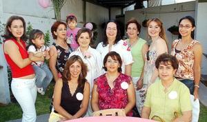 Cristina Juárez de Seáñez, acompañada por algunas asistentes a su fiesta de canastilla