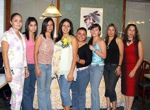En días pasados le fue ofrecida una fiesta de canastilla a Cristina Flores, misma a la que asistieron amigas y familiares.