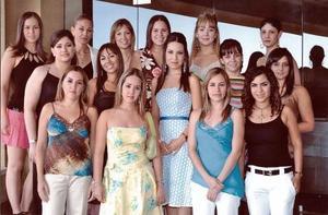 <b>17 de agosto 2005</b><p> Perla Villarreal, con sus amigas en su fiesta de despedida