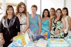 Karem Lizeth Mendoza de Sifuentes, acompañada por un grupo de invitadas a su fiesta de canastilla.