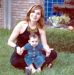 Marytere Hinojosa de Téllez con su hijita Marytere Téllez, en reciente festejo