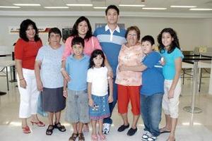 Armando, Óscar y Laura vivjaron a Los Ángeles, los despidió la familia Piña