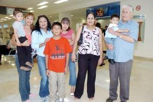 Claudia y Luis viajaron a Los Ángeles, los despidió la familia Galarza