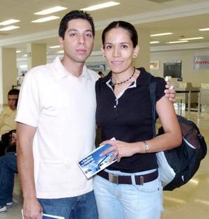 Mauricio Téllez y Viridiana de Téllez viajaron con destino a Cancún.