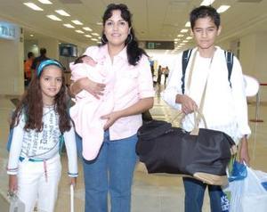 <b>19 de agosto 2005</b><p> Susana Saucedo, Dayana y Luis Domínguez viajaron a Cabo San Lucas.