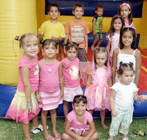 La pequeña festejada acompañada por un grupo de amiguitos en su piñata.