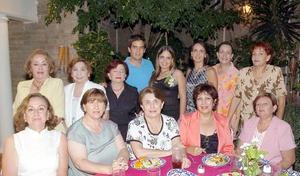 Manuel Pérez Durán y Alejandra Santibañez Harper acompañados por un grupo de amistades y familiares