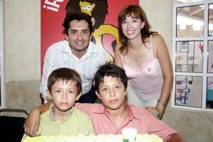 David junto a su hermano Hiram y sus papás, Felipe y Elena Ramos.