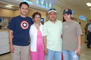 Carlos y Valentina Paredes viajaron a Cancún, los despidieron Arturo y Carlos.