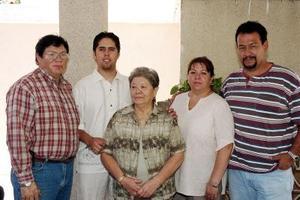 Carmen Acuña Garza festejó su cumpleaños en compañía de sus hijos Humberto Guajardo y Mary Carmen Guajardo de Ramírez, su yerno Sergio Alejandro Ramírez y su nieto Fernando.