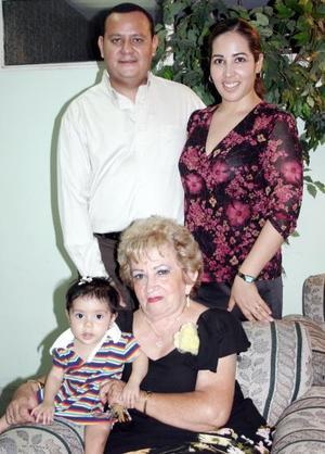 Clara Angélica Sánchez Vázquez festejó su cumpleaños, con una agradable fiesta, acompañado por Wilfrido Recio, Claudia  de Recio y la pequeña Marcela.