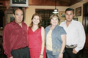 Claudia Rodríguez de Estrello acompañada por sus papás, Armando Rodríguez y Silvia de Rodríguez y su hermano Armando Rodríguez, en el festejo que le organizaron con motivo de su cumpleaños.