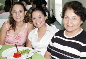 Delia de Sifuentes, Wendy Sifuentes y Ana Isabel de Sifuentes.