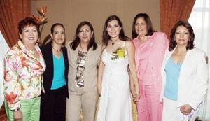 Karla Villanueva Lechuga, acompañada por un grupo de asistentes a la despedida de soltera que le ofrecieron hace unos días.