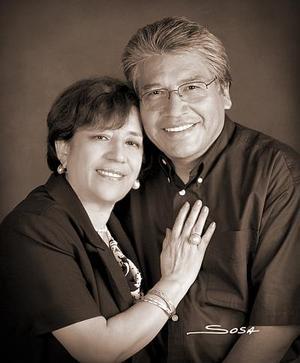 Lic. José Guadalupe López Domínguez y Sra. Manola Romo de López, en una foto de estudio  con motivo de su 32 aniversario de matrimonio.