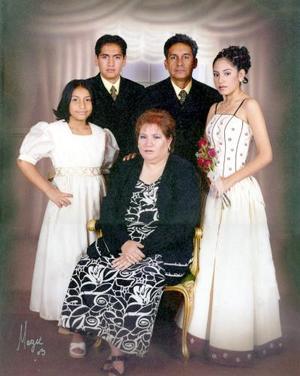 M.V.Z. Gilberto Olivarez Serna celebró el día del Médico Veterinario Zootecnista, acompañado de su esposa, Leticia Gaspar de Olivares y sus hijos, Gilberto, Leticia y Dulce  María.