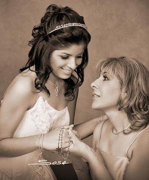 Srita. Mariana Elizabeth Santos Moya, en una foto de estudio con motivo de sus quince años, acompañada por su mamá, señora Natividad Moya Rodríguez.